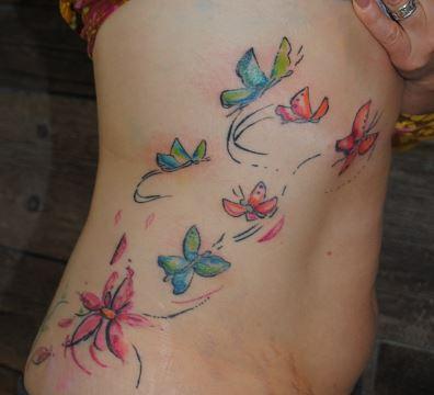 tattoo papillons et fleurs